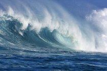 Большая волна rip curl в дневной Солнечный свет — стоковое фото