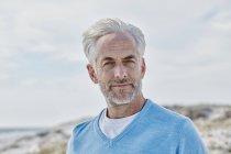 Портрет человека на пляже — стоковое фото