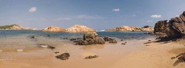 España, Menorca, Vista panorámica de Cala Pregonda - foto de stock