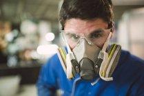 Portrait du travailleur de la construction portant un masque de protection — Photo de stock