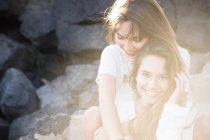 Портрет двух счастливых подруг на подсветке — стоковое фото