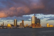 Germany, Hamburg, Hafencity with Elbe Philharmonic Hall at cloudy sunset — Stock Photo