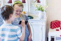 Kinder mit Handy und Kopfhörer — Stockfoto