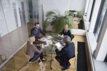 Geschäftsleute mit Team-Meeting in Büro — Stockfoto