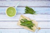 Запеканка из медвежьего чесночного супа и свежих листьев рамсона — стоковое фото