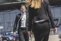 Uomo d'affari con donna incontro bagagli — Foto stock