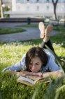 Молода жінка в парку читання книги — Stock Photo