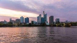 Sykline del distrito financiero de la noche, Frankfurt, Hesse, Alemania - foto de stock