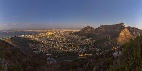Südafrika, Kapstadt mit Tafelberg Berg und Signal zur blauen Stunde — Stockfoto