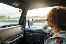 Woman wearing sunglasses sitting in the car — Stock Photo