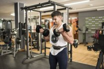 Man lifting weights in gym — Foto stock