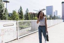 Jeune femme sur pont parler sur téléphone portable — Photo de stock