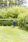 Kleines Mädchen geht mit Hund spazieren — Stockfoto