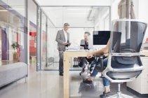 Мужчины менеджер, говорить с коллегами в офисе — стоковое фото