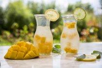 Frutta infusa acqua con mango, lime e limone — Foto stock