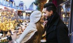 Jovem casal apaixonado olhando uns aos outros ao ar livre — Fotografia de Stock