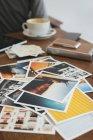Close-up de impressões fotográficas em mesa de madeira — Fotografia de Stock