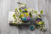 Huevos de Pascua de chocolate y flores de la pera, almendras garapiñadas - foto de stock