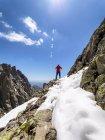 Spanien, Sierra de Gredos, Rückansicht des Wanderers auf Felsen stehend, Berglandschaft im Hintergrund — Stockfoto