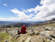 Іспанія, Сьєрра-де-Gredos, задній вид мандрівного, сидячи на гірському плато — стокове фото