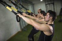 Люди, обучение на Эластичный шнур в тренажерном зале — стоковое фото