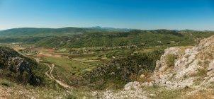 Босния и Герцеговина, Столац, долина и голубое небо, на фоне — стоковое фото