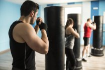 Fokussierte Sportler Boxen im Fitness-Studio — Stockfoto