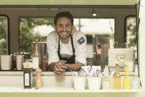 Portrait d'un homme souriant dans un camion de nourriture — Photo de stock