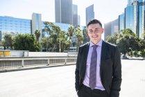Porträt eines lächelnden Geschäftsmannes in der Stadt — Stockfoto