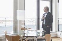 Успешный бизнесмен, работающий в зале заседаний — стоковое фото