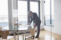 Erfolgreicher Geschäftsmann im Sitzungsraum — Stockfoto