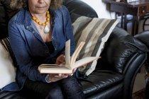 Mulher leitura livro — Fotografia de Stock