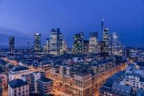 Luftaufnahme der Finanzdistrikt in der Abend, Frankfurt am Main, Hessen, Deutschland — Stockfoto