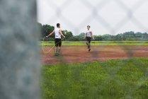 Zwei Sportler beim Seilspringen auf Sportplatz — Stockfoto