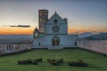 Basílica de São Francisco de Assis ao pôr do sol, Assis, Úmbria, Itália — Fotografia de Stock