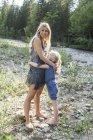 Матері і малою донькою обіймати разом в природі — стокове фото