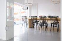 Interior do escritório moderno brilhante com mesa e cadeiras — Fotografia de Stock