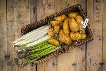 Asperges blanches et vertes avec pommes de terre nouvelles — Photo de stock