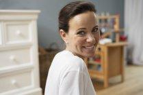 Porträt einer brünetten Frau, die in die Kamera lächelt — Stockfoto