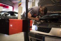 Réglage mécanique et l'essai des feux de la voiture en atelier — Photo de stock