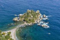 Sopra l'isola di Isola Bella, Taormina, Sicilia, Italia — Foto stock