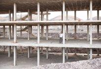 Чоловічий архітектор, стоячи в будівлі оболонки — стокове фото