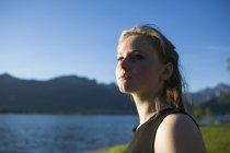 Портрет девочки-подростка, сидящей на берегу озера — стоковое фото