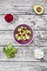 Bol de aguacate ensalada de frambuesa - foto de stock