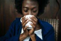 Frauenhände, die eine Tasse Kaffee halten, Nahaufnahme — Stockfoto