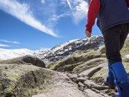 Vista traseira de Espanha, Serra de Gredos, de homem, caminhadas nas montanhas — Fotografia de Stock