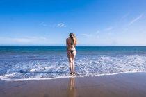 Іспанія, Тенеріфе, молода жінка, стоячи біля моря — стокове фото