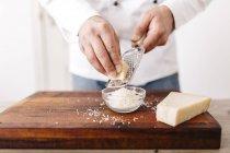 Chef preparando relleno para ravioles, rallar queso parmesano - foto de stock