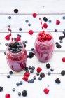 Два бокала разных фруктовых коктейлей — стоковое фото