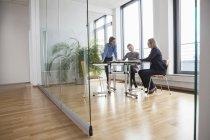 Tre donne d'affari che si incontrano in ufficio moderno — Foto stock